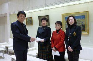 野田政務担当特別秘書に要望書を手渡しました。